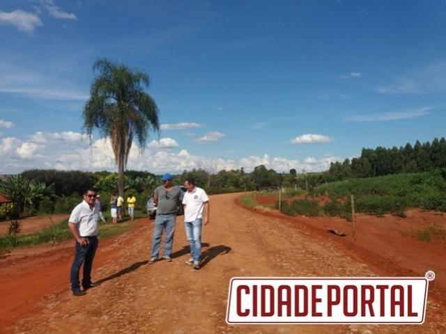 Pedro Coelho visita estradas rurais onde foi realizado cascalhamento