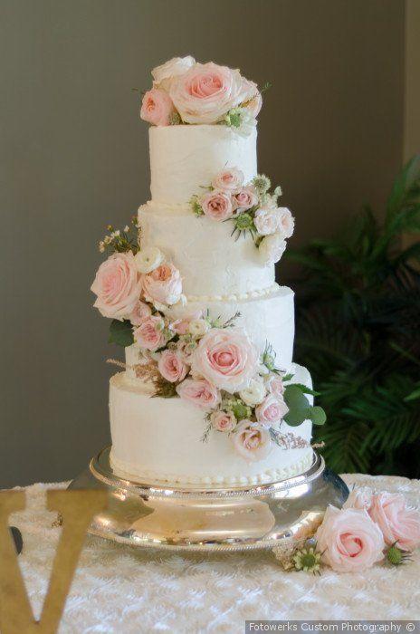 Traditionelle weiße Hochzeitstorte + blau rosa Blumen + grüner Akzent – Hochzeit …   – Wedding Cakes