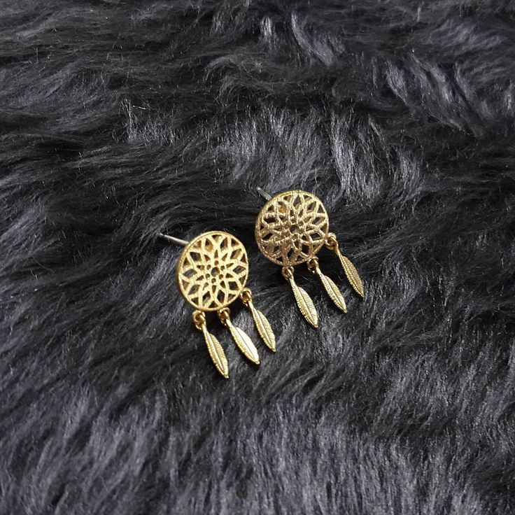 Get our dream catcher stud earrings on Luna Pyxis!  Ref EAR03 Retrouvez les bo capteur de rêve sur Luna Pyxis!  Ref EAR03 #lunapyxis  #Dreamcatcher #earrings #fblogger