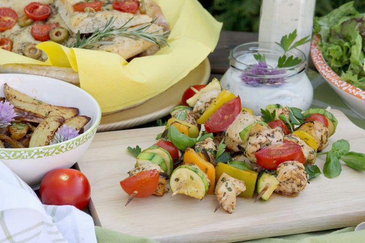 Mediterranean Chicken and Vegetable Skewers | peito de frango, abobrinha, berinjela, pimentão amarelo, tomate cereja | marinar: azeite, sal, pimentão, páprica doce, alecrim, alho, vinagre balsâmico | #frango