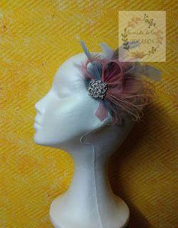 tocado con plumas en gris y rosa para boda tocados hechos por encargo La casita de los TOCADOS