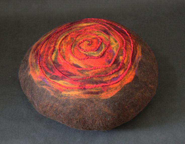 Pufa czekolada z czerwienią i pomarańczem w Pawie Oczko - pracownia filcu na DaWanda.com