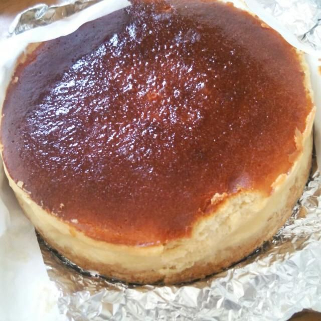 弟の誕生日プレゼントに焼きました゜:。* ゜. 下のクッキー生地が少し砕けちゃったけど美味しかったです(♡˙︶˙♡)! - 51件のもぐもぐ - ベイクドチーズケーキ by candy28