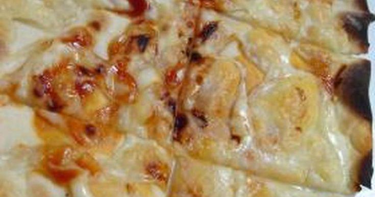 パリパリのクリスピーピザの生地。実は簡単に作れるんです。これは発酵させない方法でホットケーキ並に簡単豪華なおやつが作れますよ。写真はお酒のつまみにトマトソースとモッツァレラチーズだけのシンプルピザ、お子様や食事にはソーセージやツナなどタップリで作ってみて
