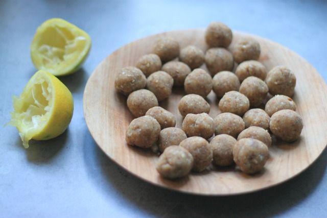 Boules de coco et citron sans cuisson. Une petite douceur aux amandes et au citron sans gluten, sans lactose, pour grignoter sainement, sans culpabiliser !!