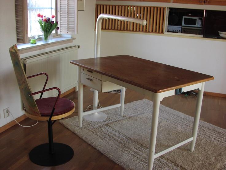 Skrivbord modell äldre. Stol från Blå Station och golvtub från Ateljé Lyktan.