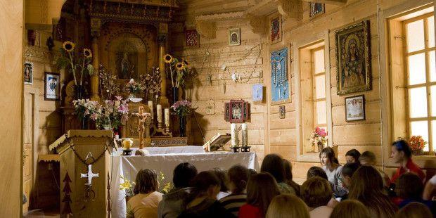 Znaczenie Matki Bożej w życiu duchowym Polaków jest tak oczywiste, że wręcz przysłowiowe. Od Bałtyku po Tatry niemal co krok spotykamy mniejsze lub większe sanktuaria maryjne, w których od wieków l…