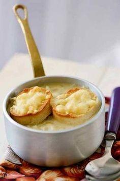 FRANSE UIENSOEP Een bistro gerecht pur sang, maar deze soep wordt ook met een andere traditie in verband gebracht. Op franse huwelijken bijvoorbeeld.