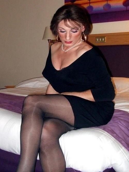 Pantyhosed milf needs a masturbation break