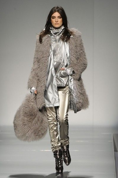 Blumarine At Milan Fashion Week Fall 2012 Gabardinas Piel Y Sacos