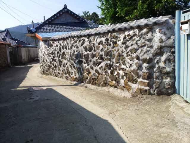 돌과 시멘트를 섞은 담