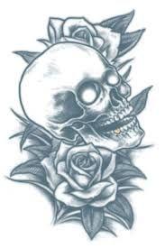 een doodskop tattoo met bloemen rond de schedel.