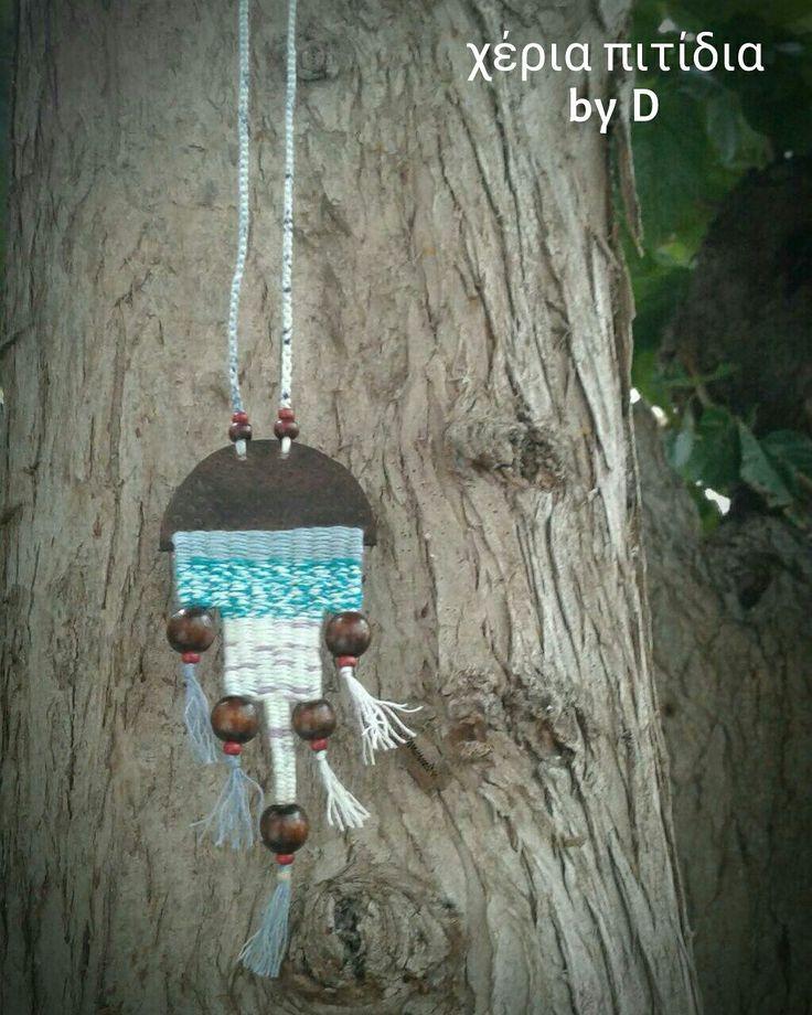 Κρεμαστό σε αργαλειό με δέρμα.   Weaving necklace with leather.