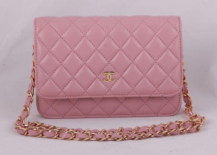 Сумка Chanel mini нежно-розового цвета с золотой цепочкой и логотипом