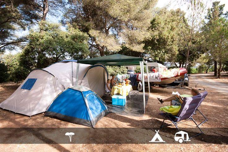 Camping dans le Var avec parc aquatique : de grands emplacements de tentes et caravanes ombragés !