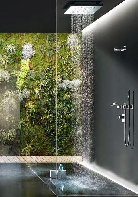 banheiro com parede de vidro e vista para o jardim de inverno