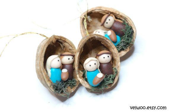 Ornamento de Navidad adornos navideños Natividad nuez cáscara árbol decoraciones paquete Tie Ons Se crean estos adornos hechos a mano de nogal cáscara y polímero de arcilla.  Sin embargo puede ser un regalo perfecto para cualquier diversión de Navidad! Decoración perfecta para ese árbol de Navidad divertida y Linda. Esto haría una adición única a la decoración de su hogar, un acento hermoso a su árbol de Navidad o un gran regalo.  Usted recibirá su ornamento en caja de regalo hermosa y está…