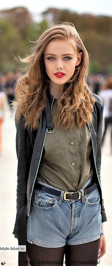 Street style - Frida Gustavsson <3 na - denim shorts and red lips