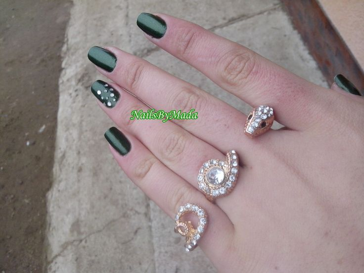 http://nailsbymada.blogspot.ro/2014/01/green-nails.html