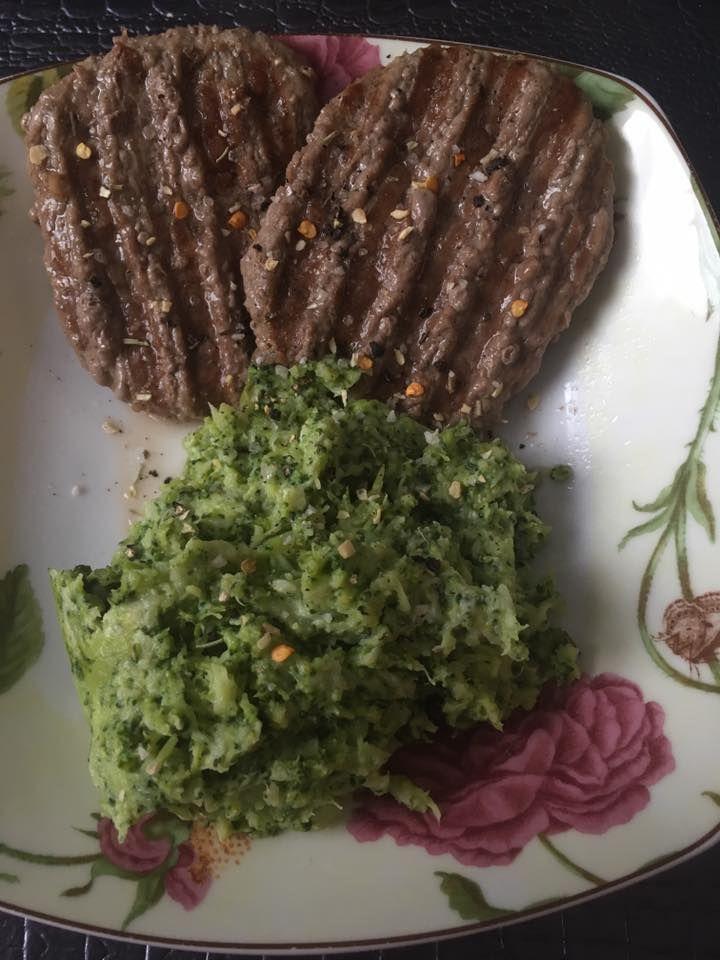 Au menu ce midi  Brocolis cuit à la vapeur avec mon new Tupperware trop Bien écrasé avec 1 carre de Boursin une tuerie jadore meme dans les épinards cest trop bon  et 2 steak 15% mg ^^ bon app les filles ^^ je mange tôt jai les crocs mdr