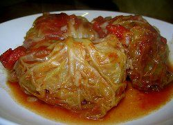 "Repolho recheado parece ser mesmo um ""must"" da culinária internacional! Todo mundo tem a sua própria receita.  Slow Cooker Cabbage rolls that are the easiest and most delicious thing I think I have made with my crock pot! I Love, LoVe, LOVE, this recipe!"