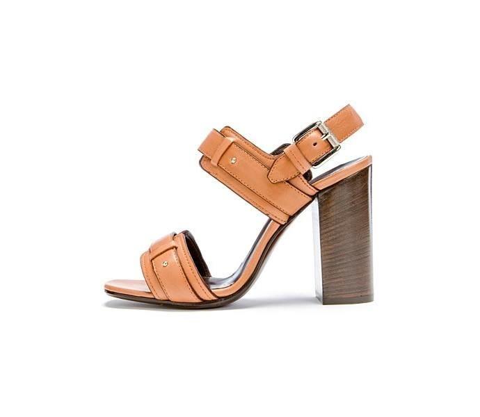 Носки одевают в туфли женские