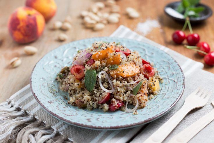 Insalata di quinoa con pesche, albicocche e ciliegie