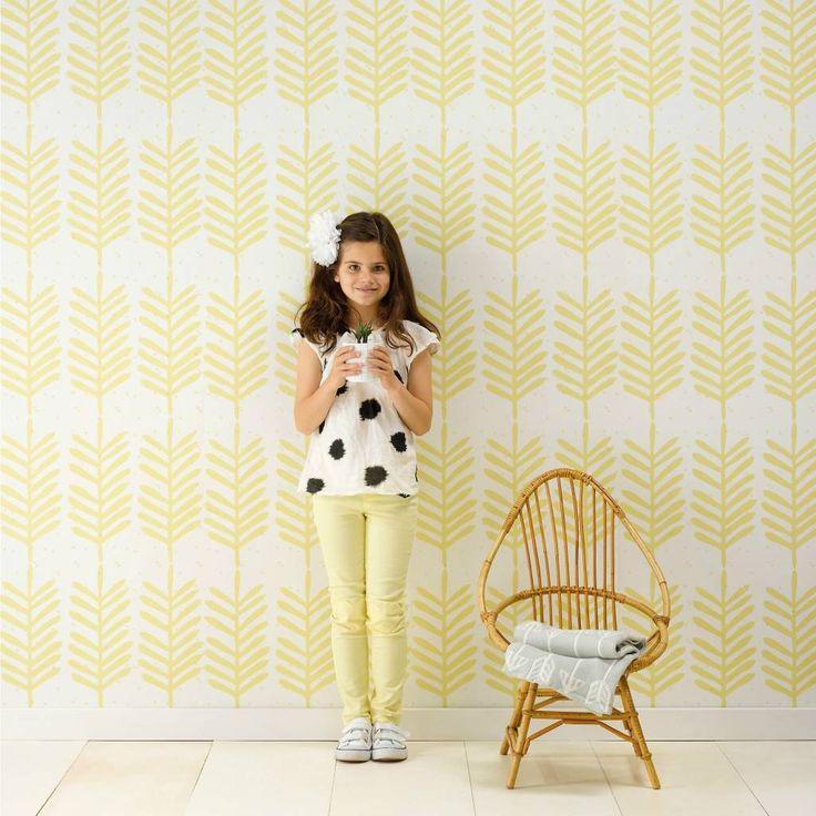 Super leuk behang Feathers van Roomblush! Veren zijn helemaal hot. Het gele Feathers behang staat heel mooi in bijvoorbeeld een kinderkamer, speelkamer of gewoo