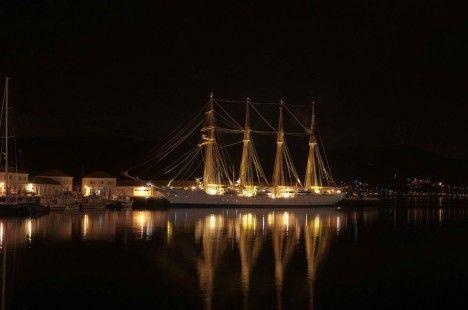 Imagen nocturna del buque-escuela Juan Sebastián de Elcano / ARMADA ESPAÑOLA