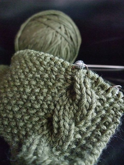 Years ago, when I started knitting, I made this scarf to Augustin (you are allowed to laugh at me after seeing this thing) I was very new to knitting, didn't know much (as for exemple: stocki...