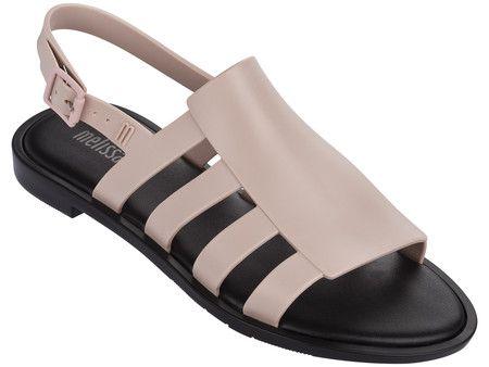 Superfeminina, a Melissa Boemia a é uma releitura da sandália gladiadora que explora múltiplas tiras largas em suas laterais com cabedal em linhas retas, conferindo modernidade ao novo shape da marca.