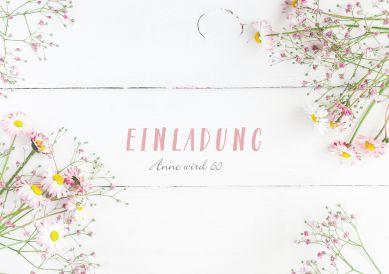 Stilvolle Einladungskarte zum Geburtstag in Landlook mit weißem Holz und kleinen Feldblumen
