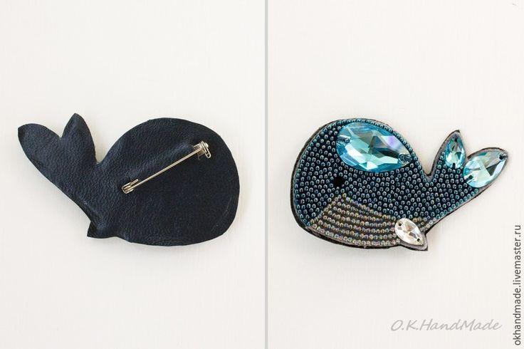 Рады представить наш мастер-класс по теме вышивка бисером с кристаллами Сваровски, посвященный самым удивительным и грациозным, загадочным и таинственным, и самым-самым крупным обитателям нашей планеты — китам! В этом мастер-классе мы создадим брошь в технике вышивка бисером, расскажем и покажем все этапы работы и каждый желающий, в том числе и новичок, с легкостья создаст такую прекрасную и милую брошь «Синий кит».