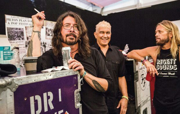 Dave Grohl , Pat Smear , Taylor Hawkins - Backstage Glastonbury 2017 ( NME)