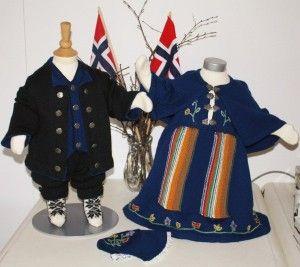 Hva med en hjemmestrikket festdrakt til familiens lille prins eller prinsesse jul eller 17. mai?  Vi har blitt inspirert av nordlandsbunaden, og komponert vårt eget mønster til en nordlandsinspirert festdrakt.  Den finnes i størrelsene 1 – 2 – 3 – 4 år, både til jente og gutt, og selges  i garnpakker med strikkegarn og mønster. Du kan strikke festdrakten i enten mørk blå eller mørk grønn