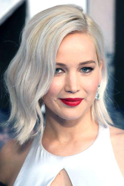 По статистике, каждая вторая женщина хоть раз в жизни хотела перекраситься в блондинку. На протяжении столетий этот цвет волос неизменно остается в моде — трансформируются лишь его оттенки. И если в 1960-х все девушки, подражая Мэрилин Монро, поголовно красились в платиновый, то сейчас все чаще приходят к стилисту, захватив с собой фото Веры Брежневой в качестве примера. Наступающий 2017 год уже готовит для представительниц прекрасной половины человечества новые тренды в окрашивании. Решили…