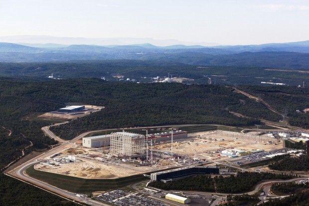 Die Iter-Baustelle in Caradrache in Südfrankreich im September 2015 (Foto: Matthieu Colin/Iter) - .. Diese Magnete erzeugen ein Magnetfeld, in dem ein Wasserstoffplasma eingeschlossen wird und in dessen Kern die Wasserstoffisotope Deuterium (D) und Tritium (T) fusionieren sollen.