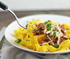 Pasta al ragù, een heerlijk recept voor uit de slowcooker. Langzaam gegaard rundvlees in een smaakvolle bouillon op basis van tomaat. Lekker met tagliatelle en Parmezaanse kaas. Bekijk snel het recept.