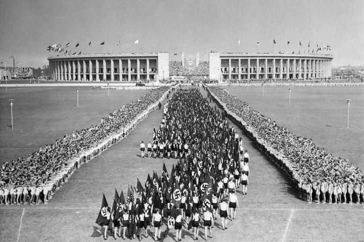 Aufmarsch der Jugend: Berliner Schüler vor dem Beginn des Marathonlaufs am 9.August 1936 auf dem Maifeld vor dem Reichssportfeld.Kurz darauf zeigten sie sich dem Publikum bei einem Schauturnen