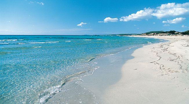 Son Bou, es otra de playa muy concurrida por ser la mas larga de Menorca. Se encuentra cerca de Alaior y a diferencia de algunas calas, ésta es completamente abierta al mar, donde contemplar el horizonte infinito es una gozada.