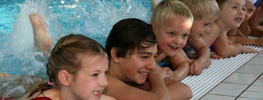 """http://www.tlz.de/kinder/detail/-/specific/Kinder-besuchen-Schwimmkurs-in-den-Herbstferien-453521937  Spaß im Schwimmbad: """"Schloss Einstein""""-Schauspieler Lucas Leppert (2. von links) kann schon sehr gut schwimmen. Gestern hat er Grundschülern in Erfurt gezeigt, wie man im Wasser die Füße als Paddel benutzen kann. Foto: Martin Moll"""