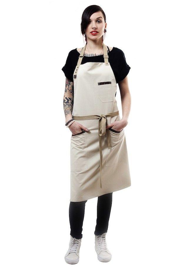 Tablier à bavette couleur beige sable avec détails marron aux poches