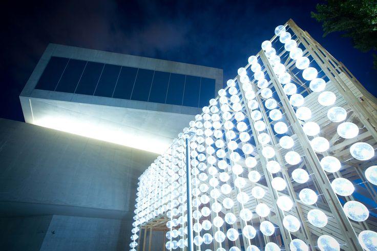 Orizzontale ilumina un teatro al aire libre con una pared de barriles reciclados en el MAXXI