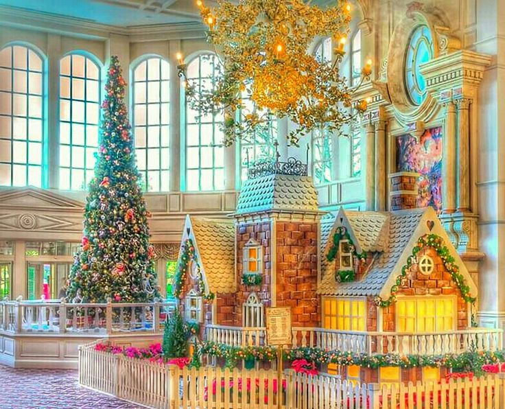 The lobby of the Disneyland Hotel during Christmas time - Pinterest : @YonivL