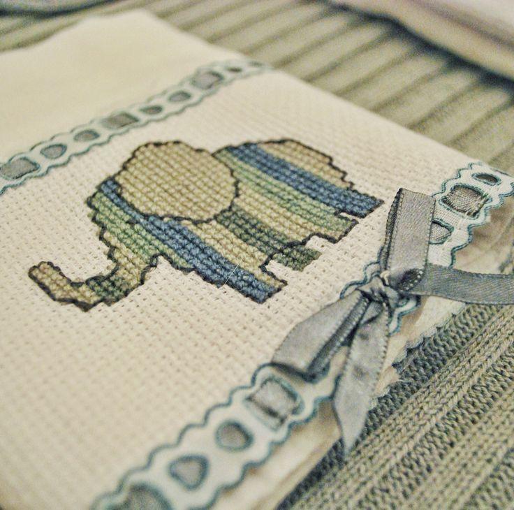 Fraldinhas de ombro e boca bordadas a mão para seu bebê!  Orçamentos e encomendas através do email contatobebewish@gmail.com
