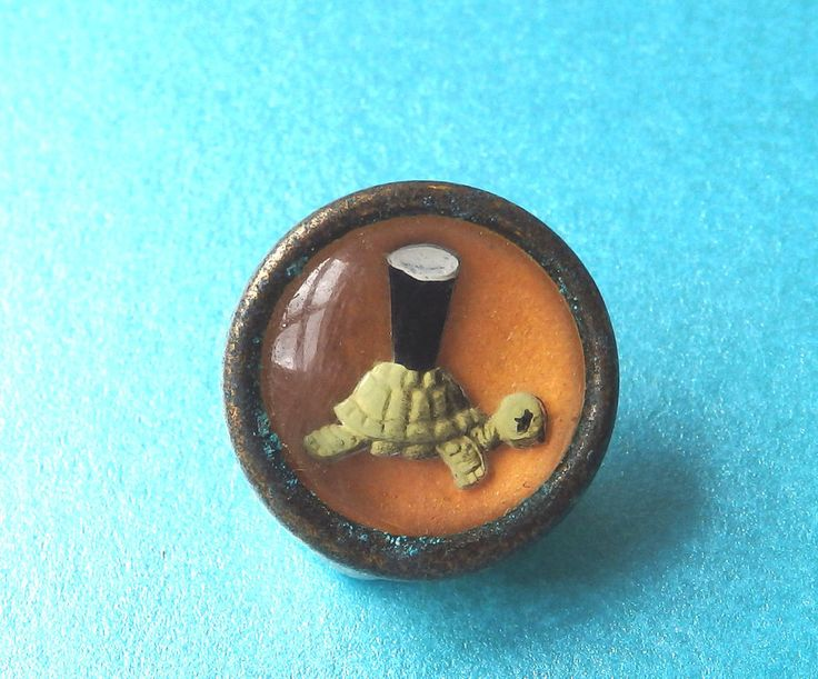 VINTAGE GUINNESS ADVERT BUTTON,INTAGLIO SCENE OF TURTLE AND GLASS OF GUINNESS