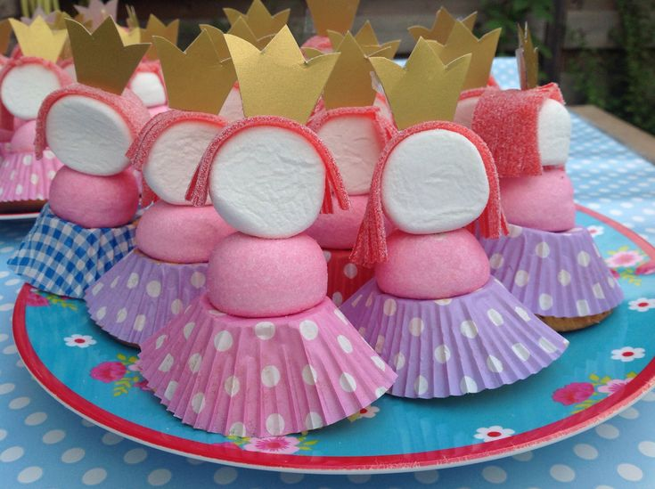 These little and cute princesses are a perfect candy creation for a girls party! Made with Marshmallows and with Look-O-Look strawberry laces!