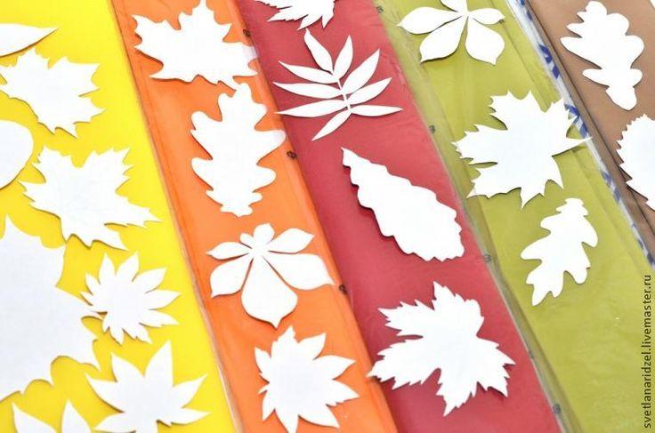 Наш детский сад активно готовится к празднику осени, а помогаем ему в этом мы — родители.Как ответственный родитель, я вызвалась сделать деткам булавочки в виде осенних листочков, чтобы наша группа была самая-самая красивая на этом празднике.Листочки получились замечательные: яркие, легкие и очень похожие на настоящие.