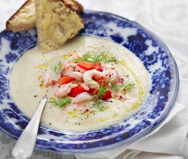 En utomordentligt god och krämig fänkålssoppa som får en extra smaktouch då kardemumma är den hemliga ingrediensen. När alla ingredienser förvandlats till soppa vänds räkorna ned som är ett givet komplement till dessa smaker. Avnjut soppan med osttoasten gjord på levainbröd. Smaklig måltid!