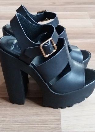 Kupuj mé předměty na #vinted http://www.vinted.cz/damske-boty/platformy/12430644-cerne-sandalky-na-vysoke-platforme